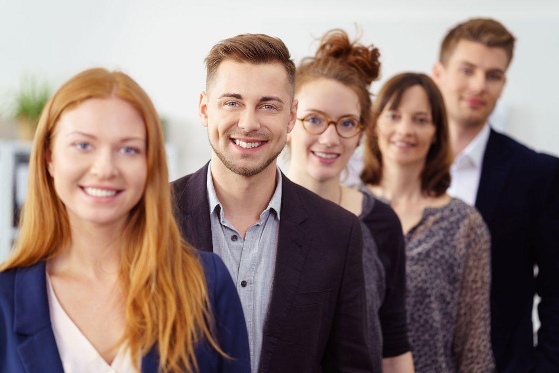Fünf junge Personen stehen versetzt hintereinander
