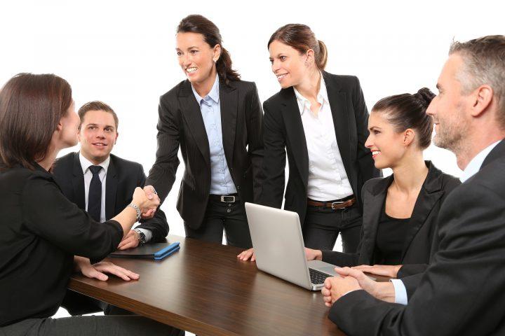 Bild Besprechung, Personen geben sich die Hand