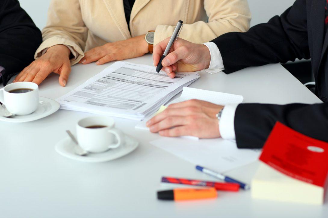 Mandantengespräch mit Unterlagen