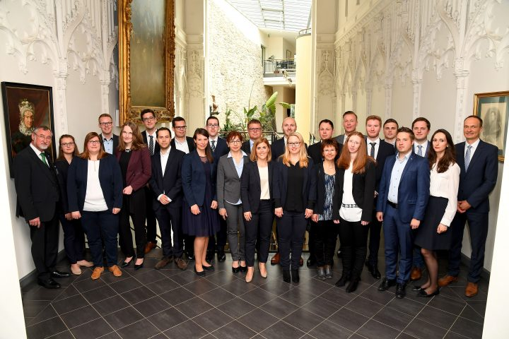 Mehrere Personen posieren für ein Gruppenbild